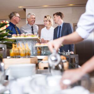 Firmenevents und After-Work Drinks: Karriereboost oder unbezahlte Überstunden?
