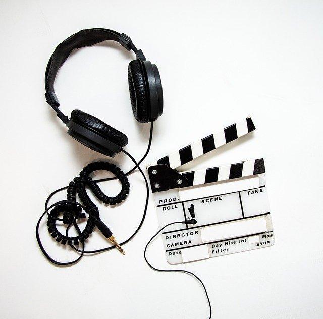 headphones 4223911 640